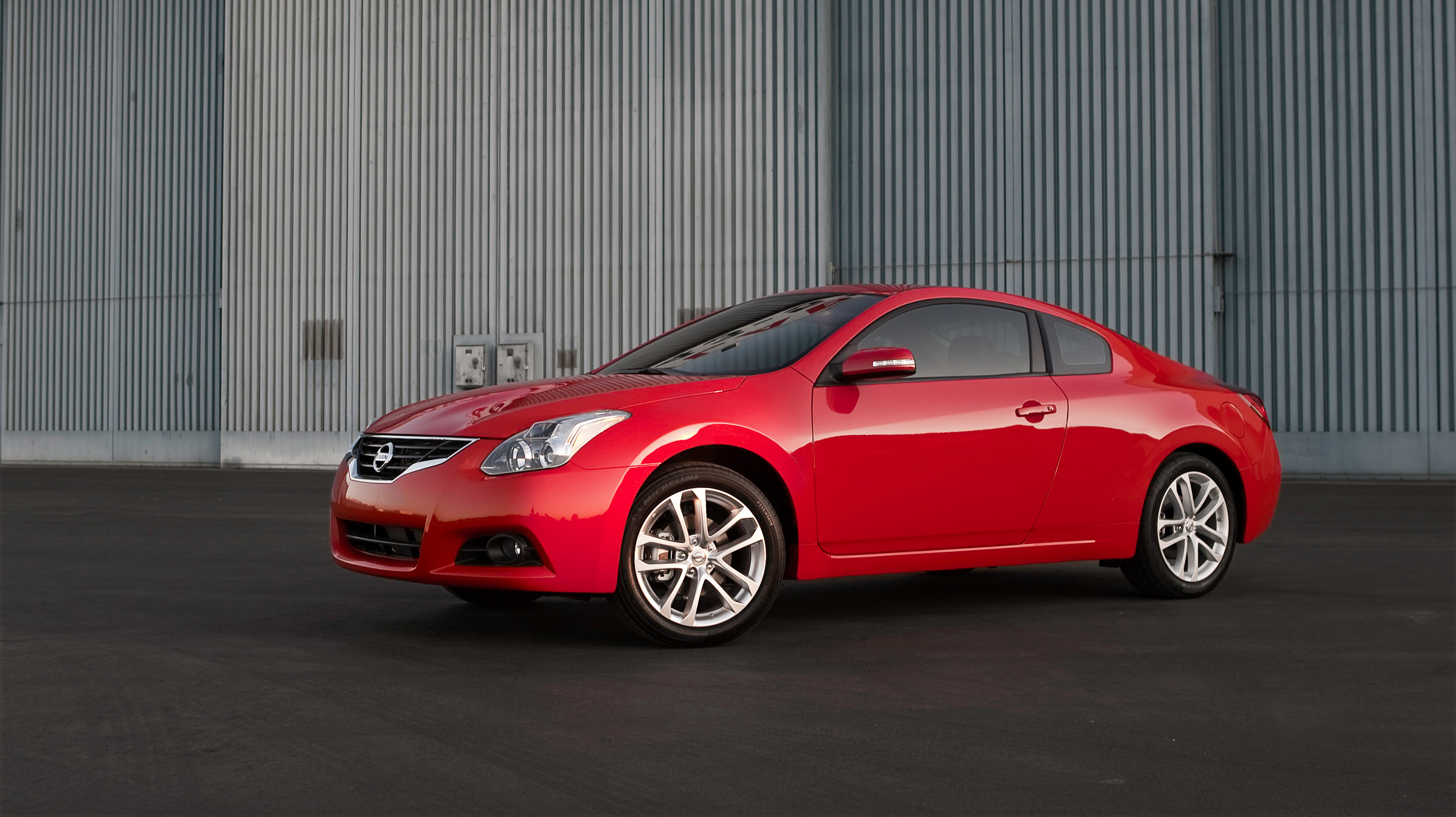 2010 nissan altima gets new look and features. Black Bedroom Furniture Sets. Home Design Ideas