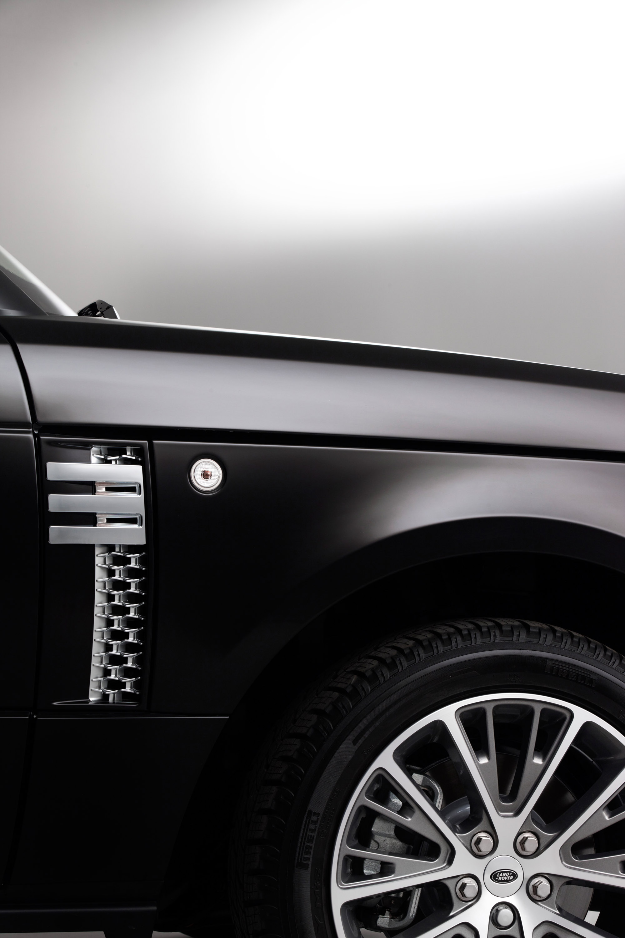 https://www.automobilesreview.com/gallery/2011-range-rover-autobiography-black-40th-anniversary-limited-edition/2011-range-rover-autobiography-black-40th-anniversary-limited-edition-05.jpg