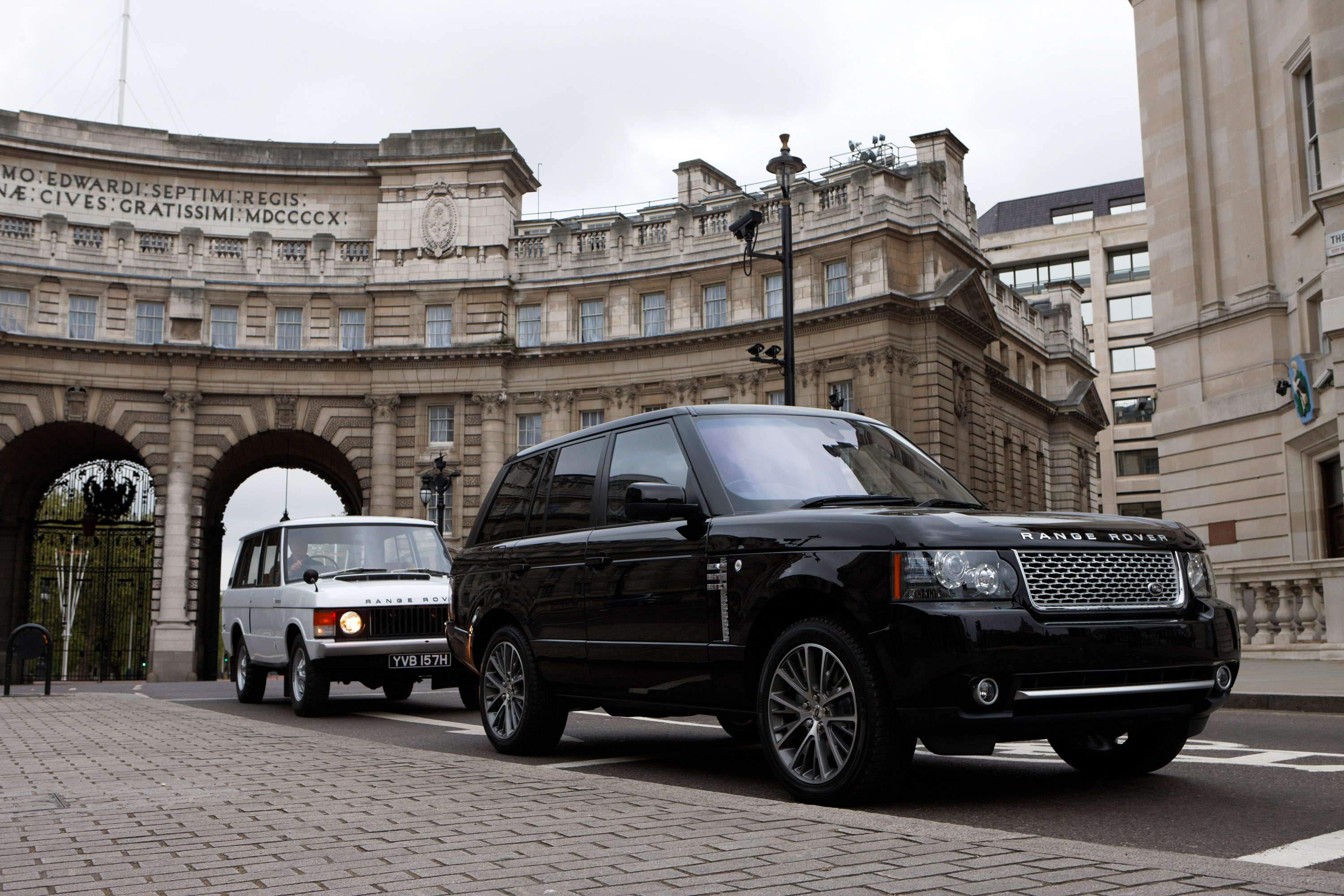 https://www.automobilesreview.com/gallery/2011-range-rover-autobiography-black-40th-anniversary-limited-edition/2011-range-rover-autobiography-black-40th-anniversary-limited-edition-11.jpg