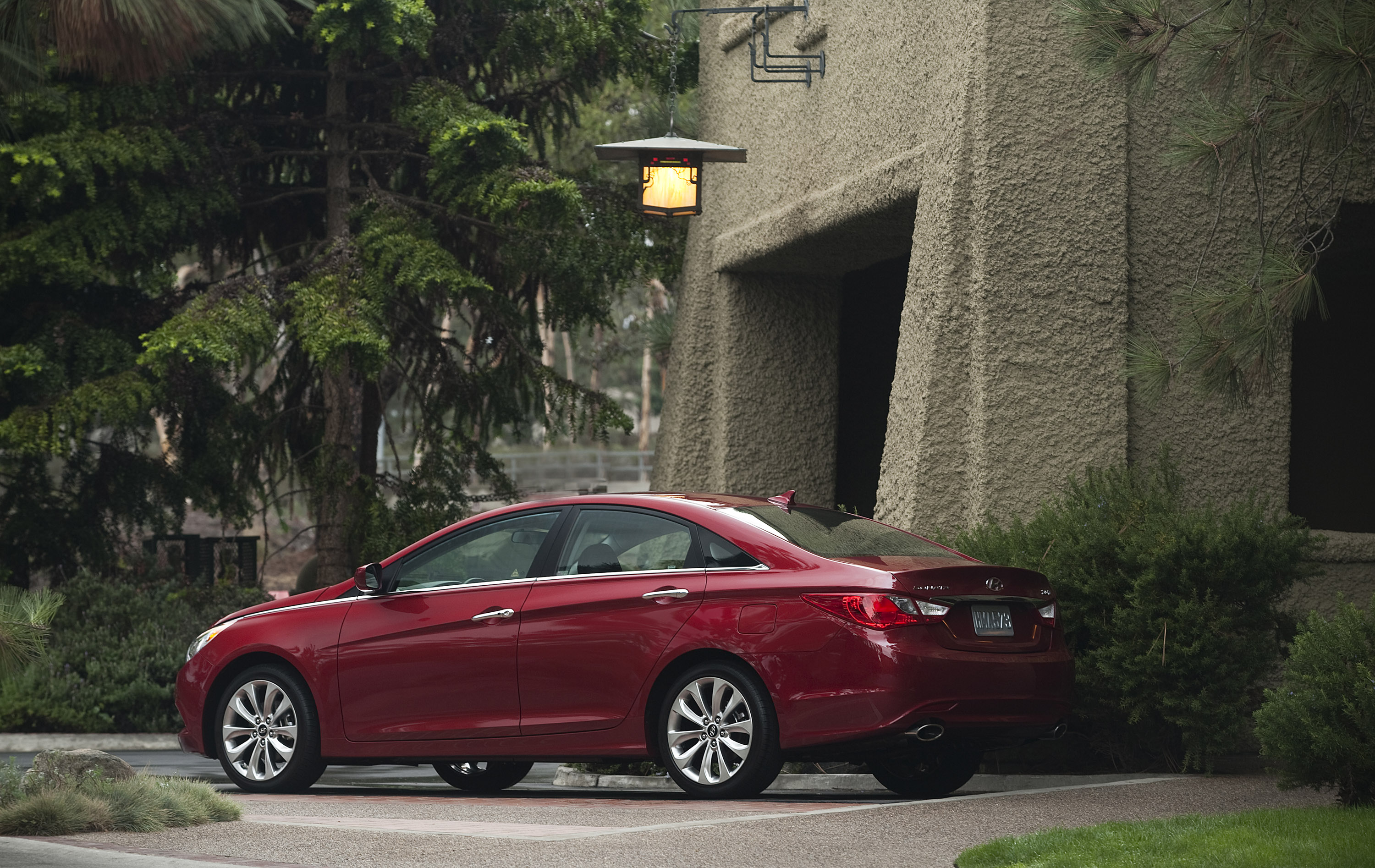 2013 hyundai sonata tackles other from its segment. Black Bedroom Furniture Sets. Home Design Ideas