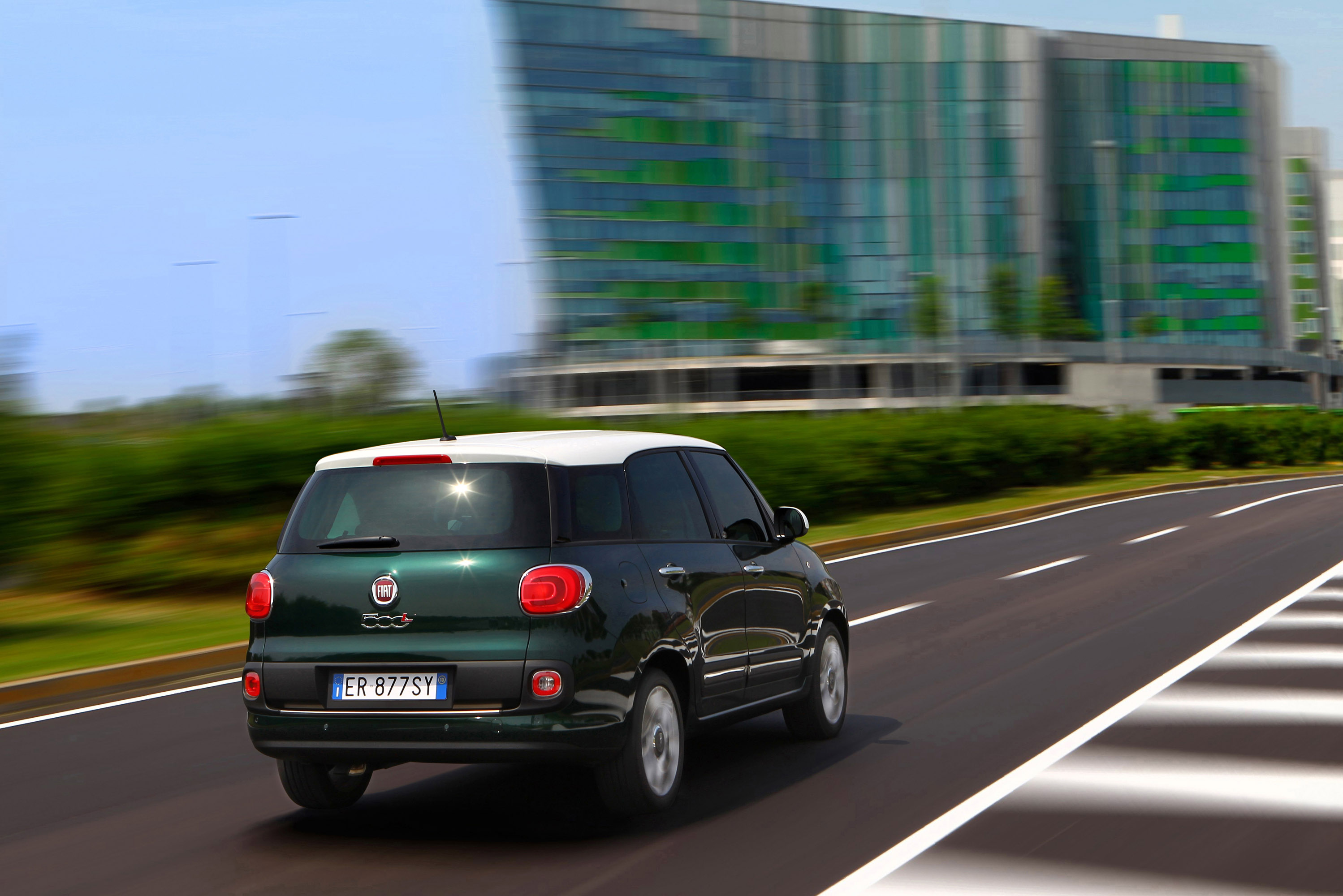 the 500 family grows with the new 2014 fiat 500l living. Black Bedroom Furniture Sets. Home Design Ideas