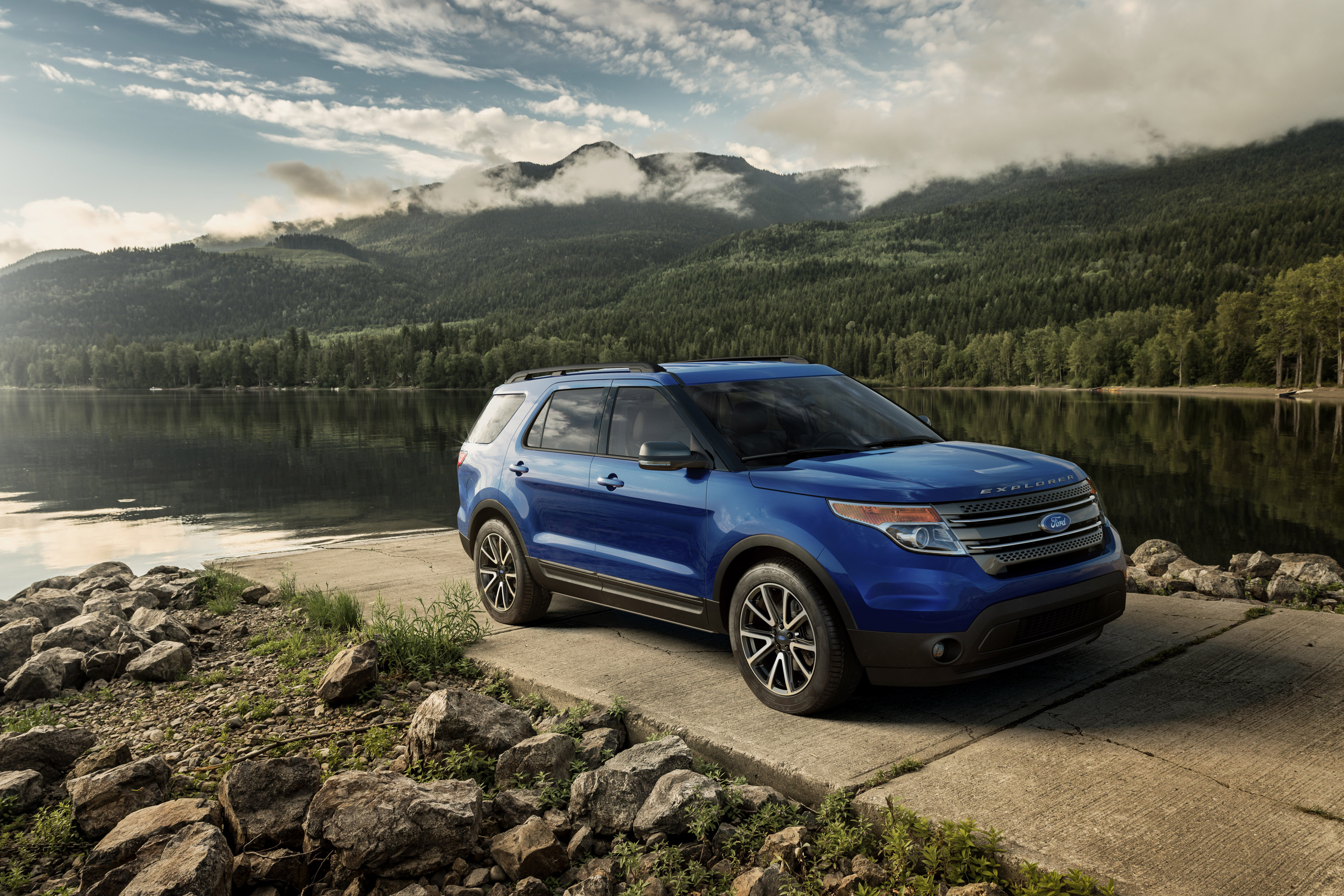 2015 ford explorer xlt has bold and rugged looks. Black Bedroom Furniture Sets. Home Design Ideas