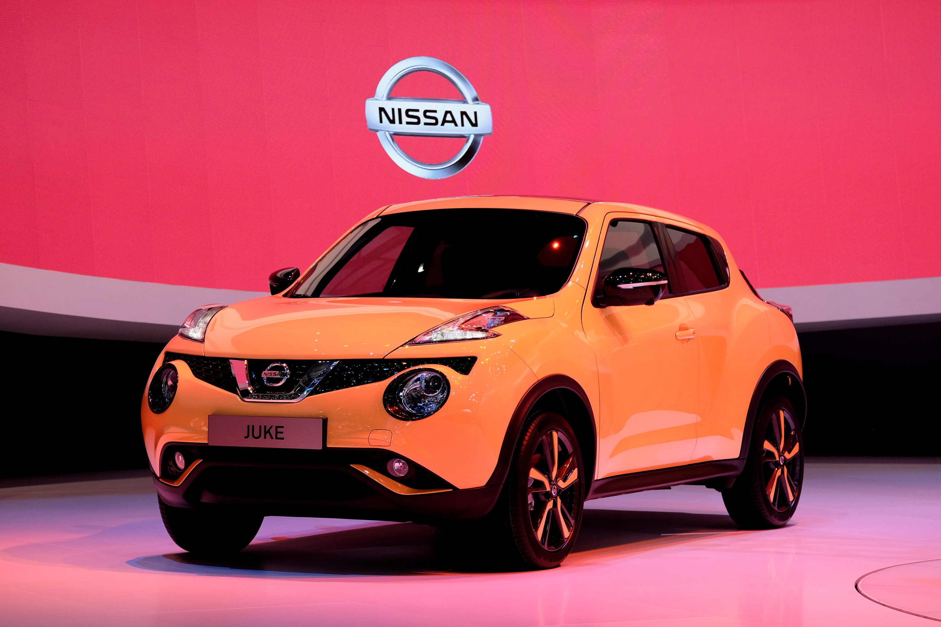 geneva motor show 2015 nissan juke video. Black Bedroom Furniture Sets. Home Design Ideas