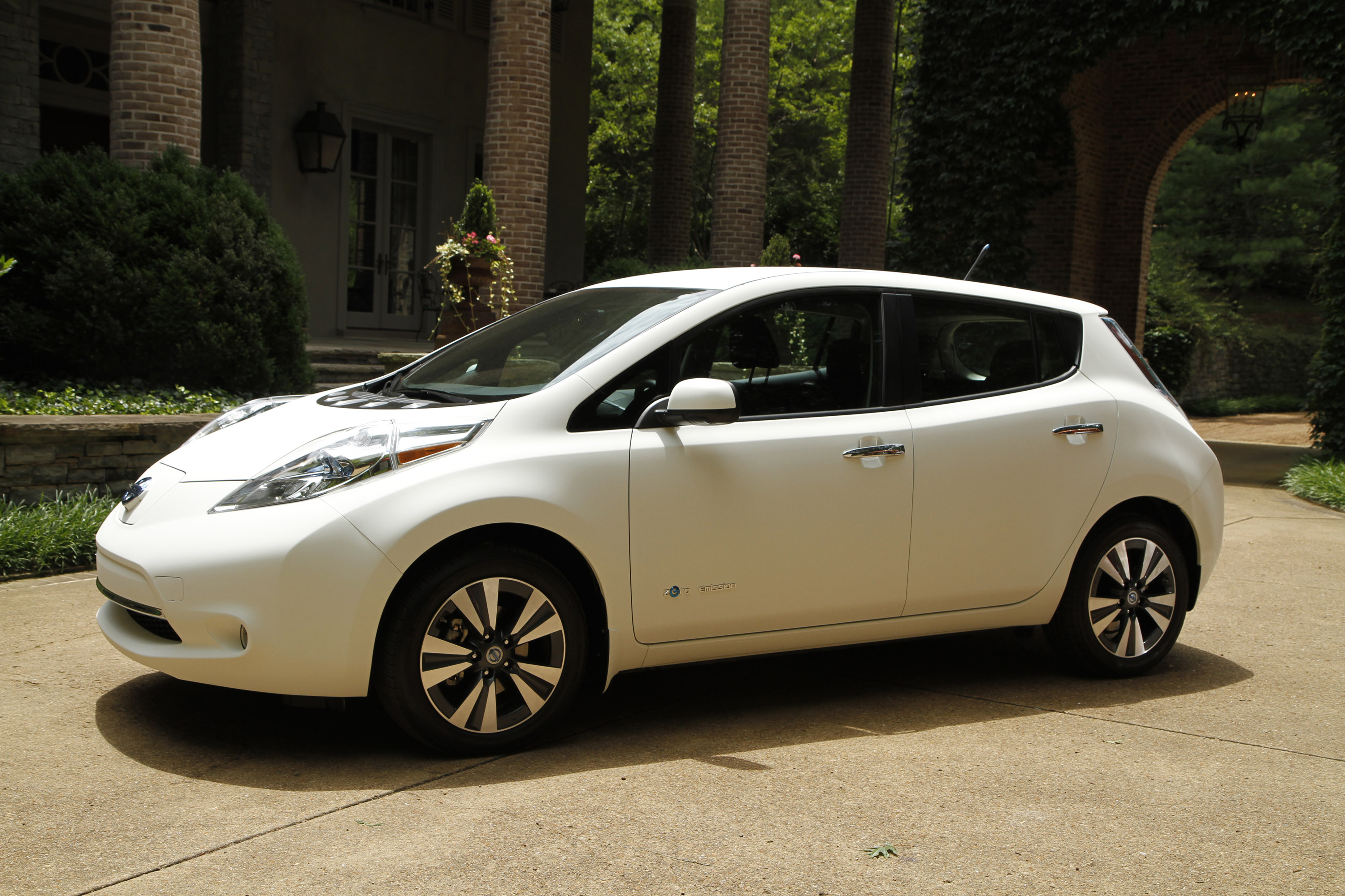 Nissan Leaf The World S Cleanest Self Washing Car