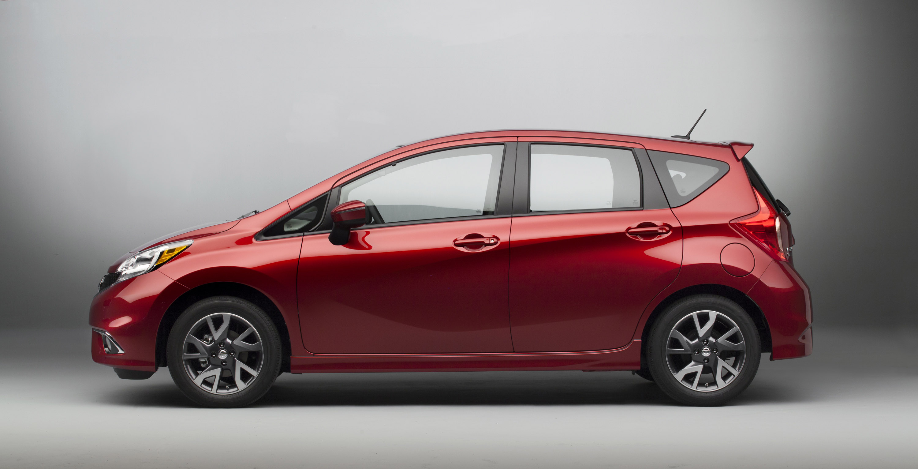 2015 nissan versa note gets sr and sl trims. Black Bedroom Furniture Sets. Home Design Ideas