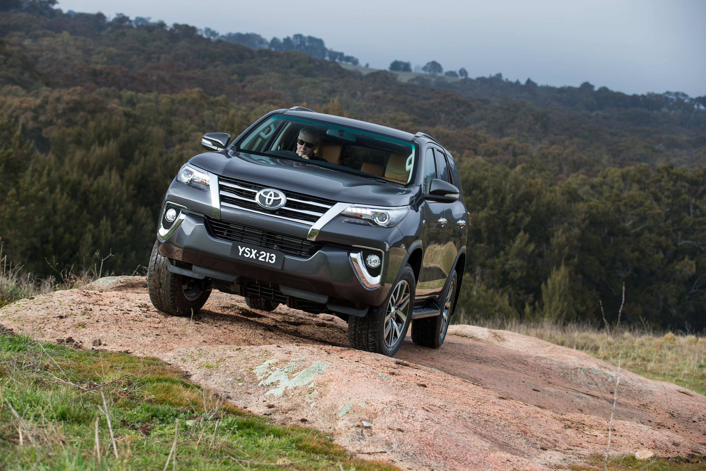 ... 2015 Toyota Fortuner , 3 of 16 ...