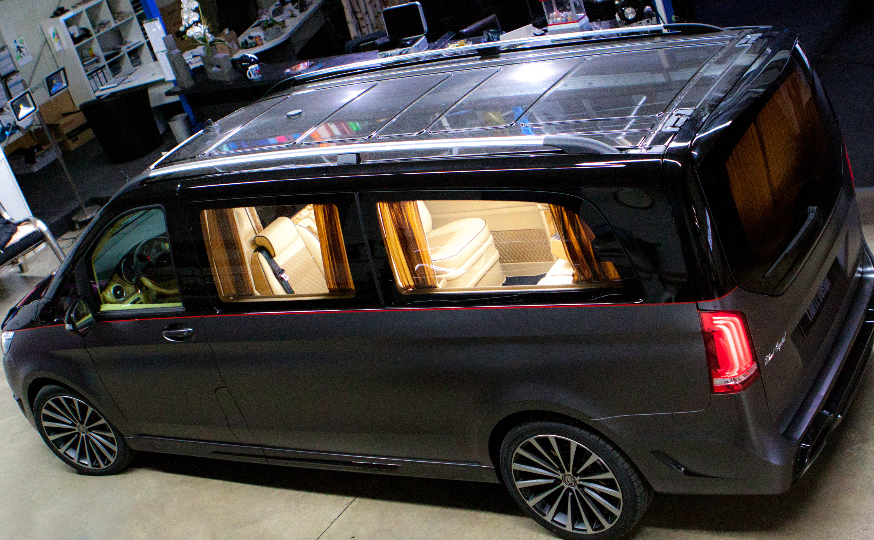 larte design reveals the exterior of mercedes benz v class black crystal. Black Bedroom Furniture Sets. Home Design Ideas