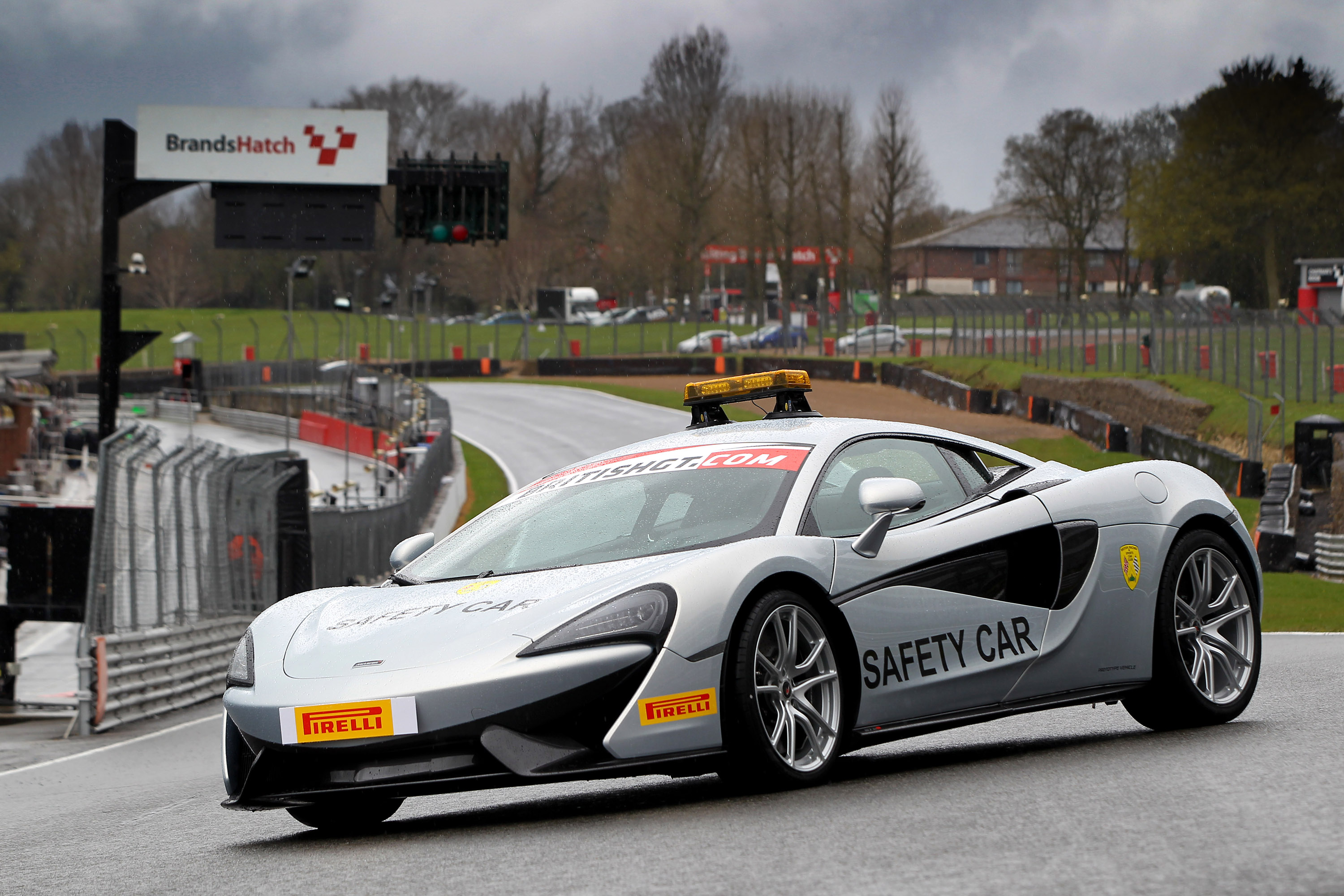 https://www.automobilesreview.com/gallery/2016-mclaren-570s-coupe-safety-car/2016-mclaren-570s-coupe-safety-car-04.jpg