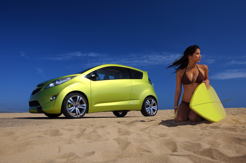 проснулась почти авто и девушки на пляже начинает искать себе