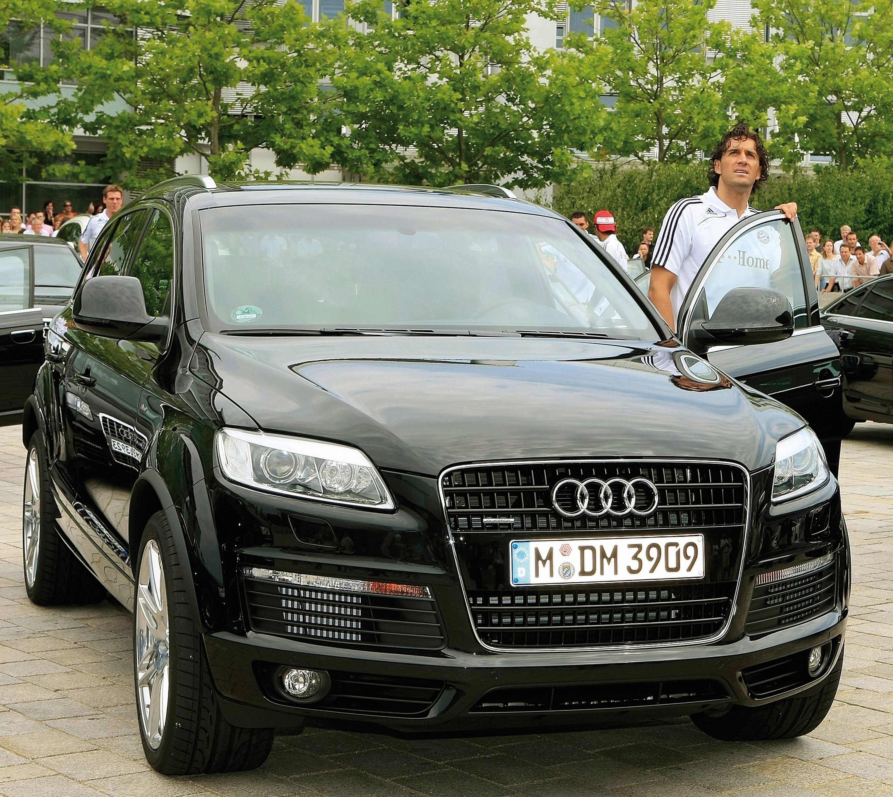 Q7 car - Color: Black  // Description: amazing