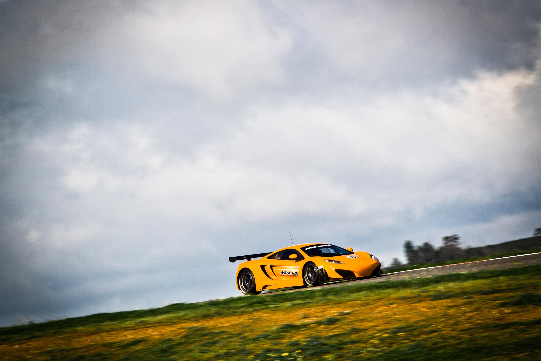 желтый спортивный автомобиль McLaren MP4 12C GT3  № 667649 без смс