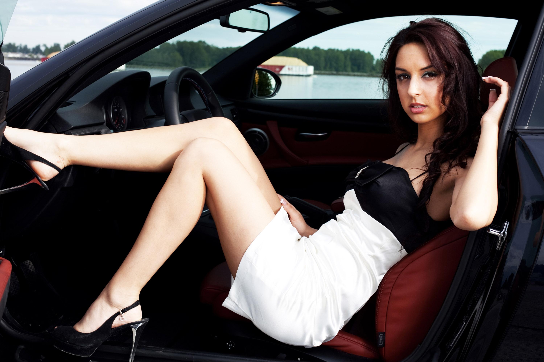 Сексуальная брюнетка на шпильке за рулем автомобиля