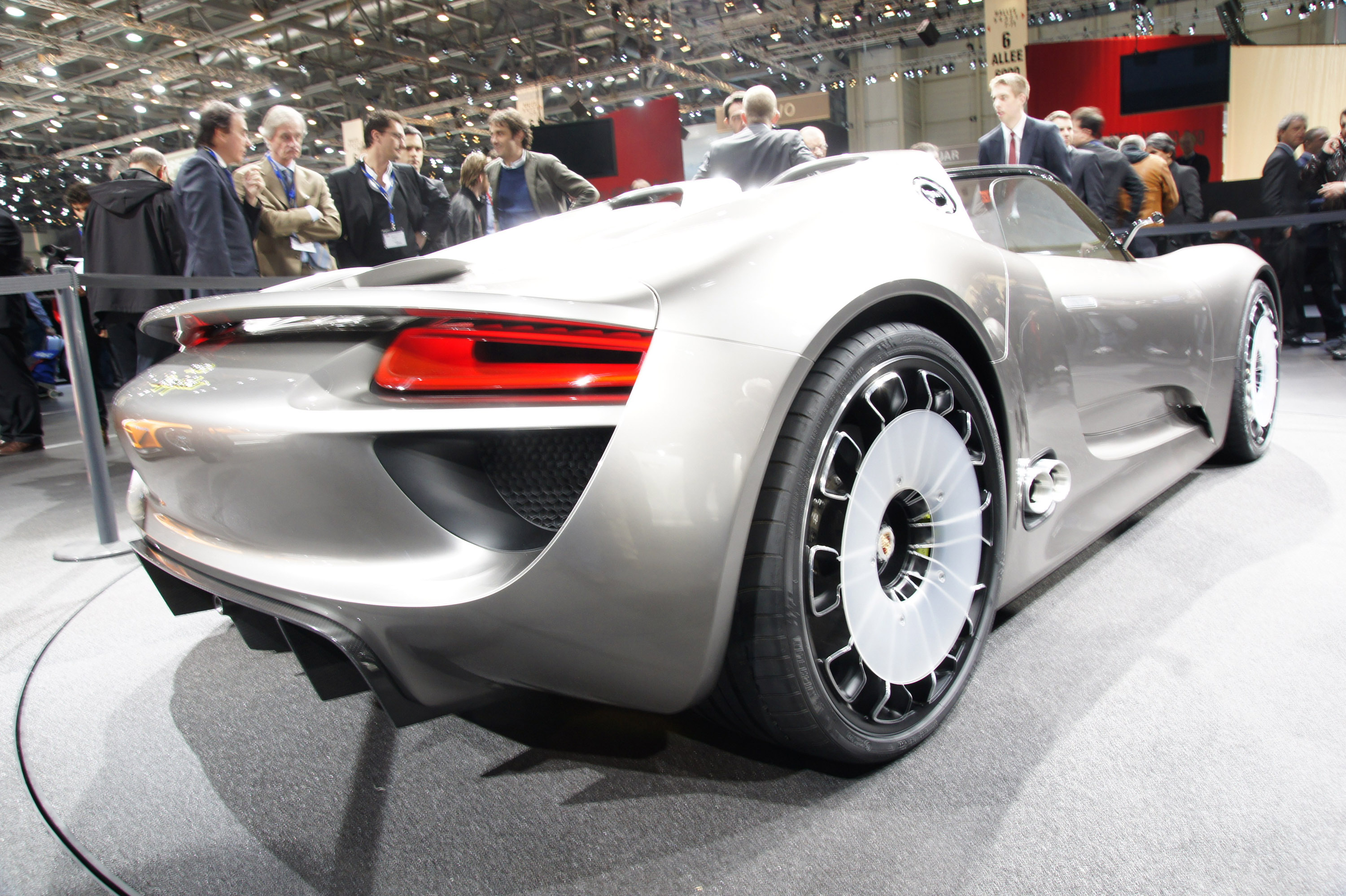 Porsche 918 Spyder concept fully revealed on