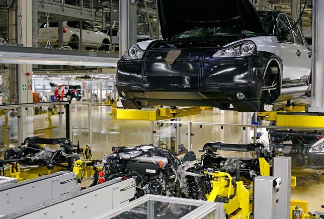 Assembly of the first dieselengine in a Cayenne
