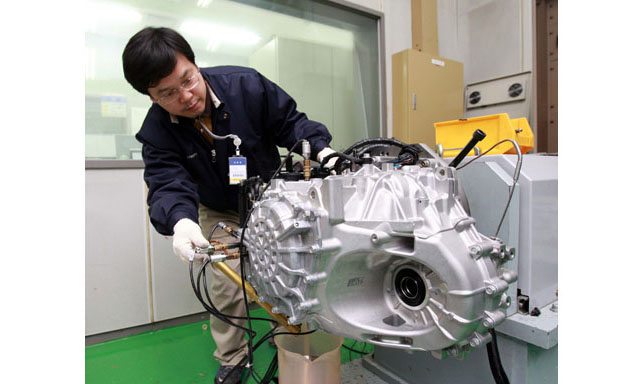 Hyundai Engineer Testing 6-Speed Automatic Transaxle