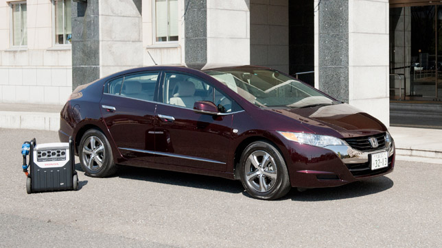 Honda FCX Clarity uses the new Solar Hydrogen Station in Saitama