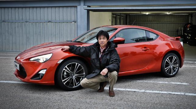 Tetsuya Tada next to a Toyota 86