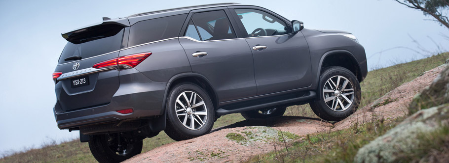 2015 Toyota Fortuner Side View